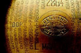 Forma di Parmigiano-Reggiano con marchio in evidenza