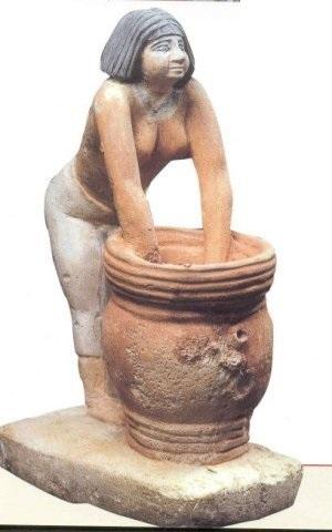Donna egizia che fa la birra, calcare dipinto.
