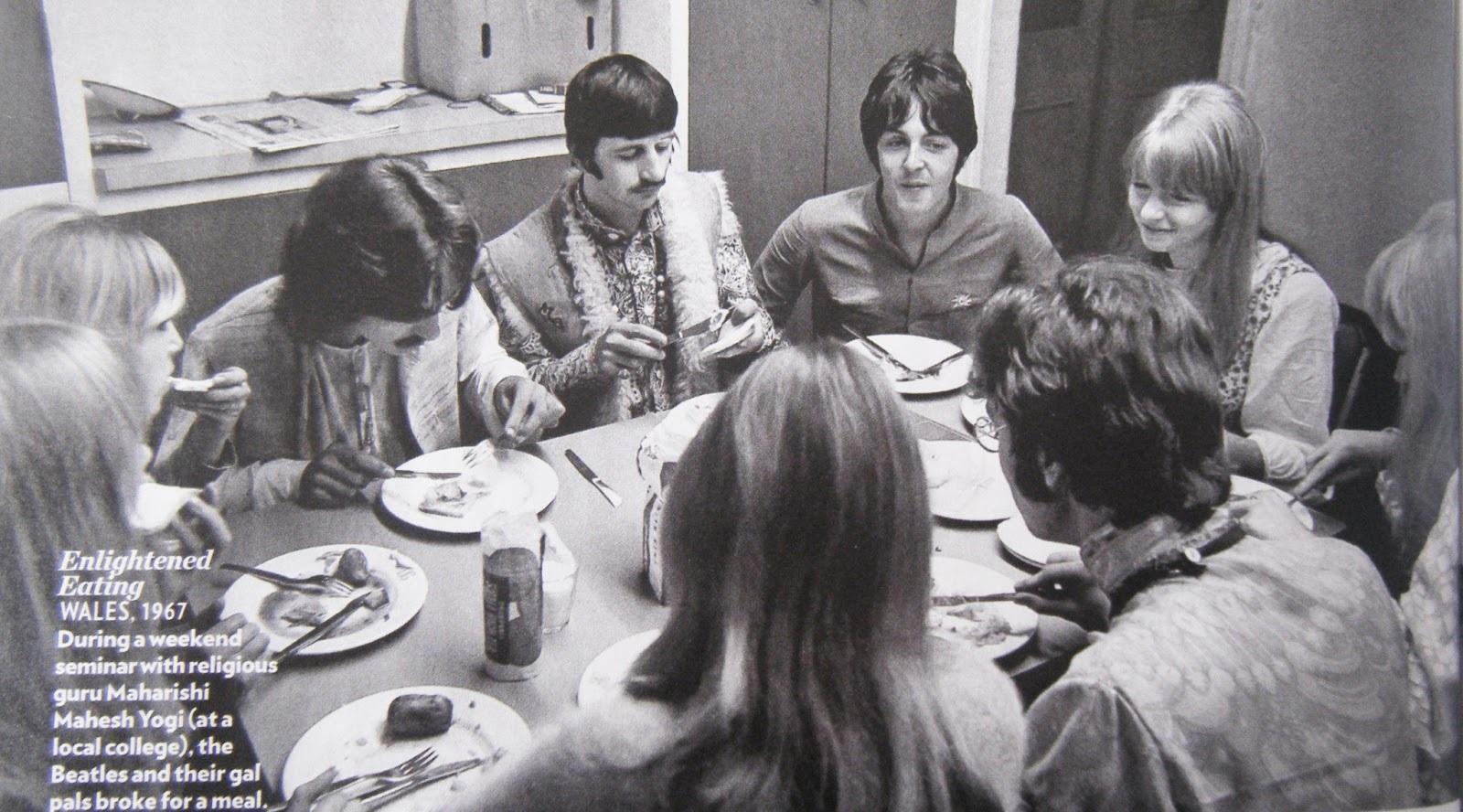 Col Guru Maharishi Mahesh Yogi, I Beatles e le loro ragazze Pattie, Jenny, Jane, Cynthia & Marianne Faithful