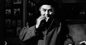 Federico Fellini mangia un panino sul set di Amarcord